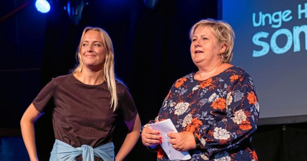 Statsminister Erna Solberg sammen med Unge Høyres leder Sandra Bruflot. Foto: Tor Erik Schrøder / NTB Scanpix