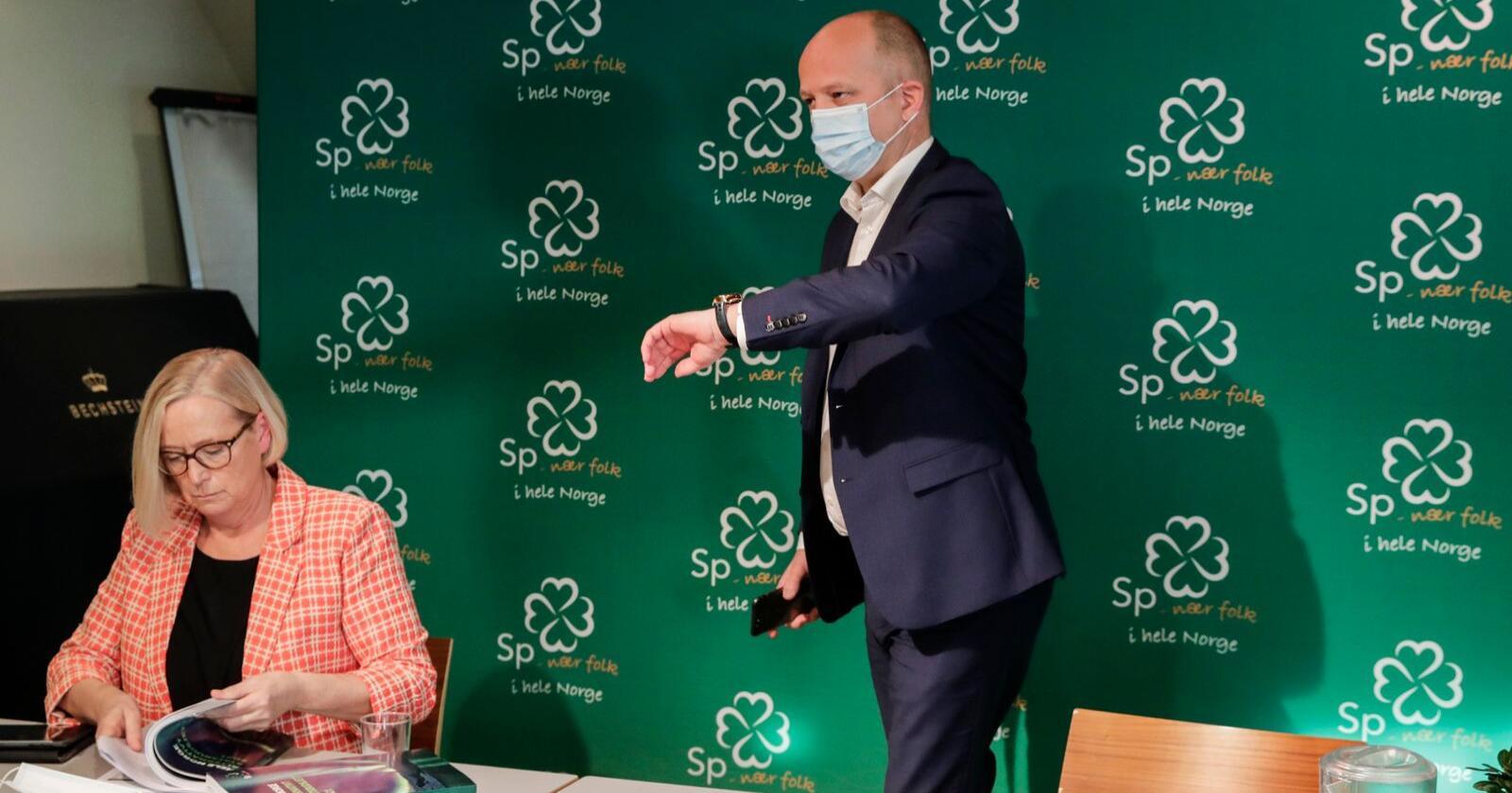 Parlamentarisk leder Marit Arnstad og partileder i Senterpartiet Trygve Slagsvold Vedum legger frem partiets alternativt statsbudsjett for 2021. Foto: Vidar Ruud / NTB