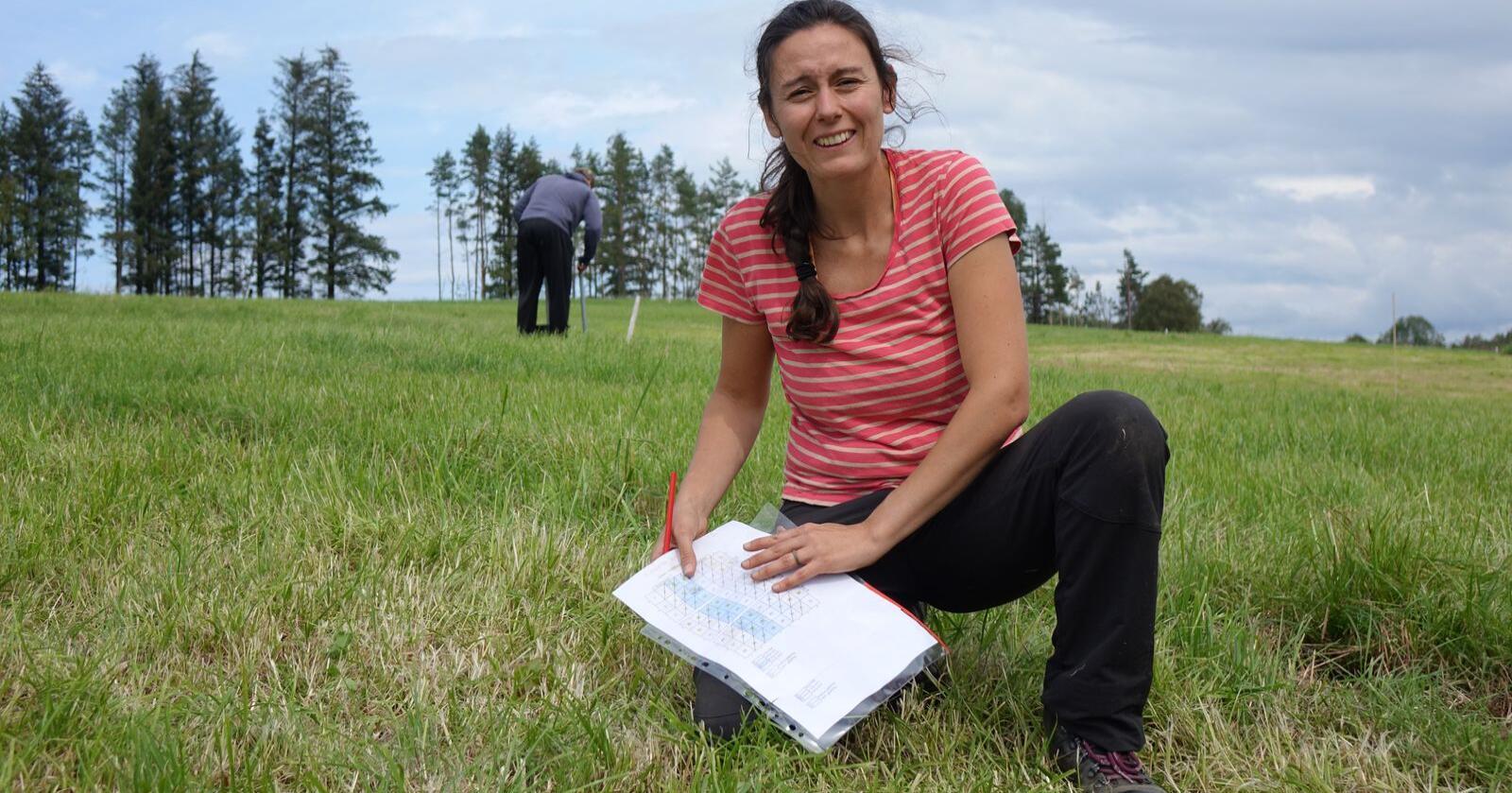 Feltarbeid: Forsker Teresa G. Bárcena i Nibio i feltarbeid ved Fureneset. Foto: Jon Schärer