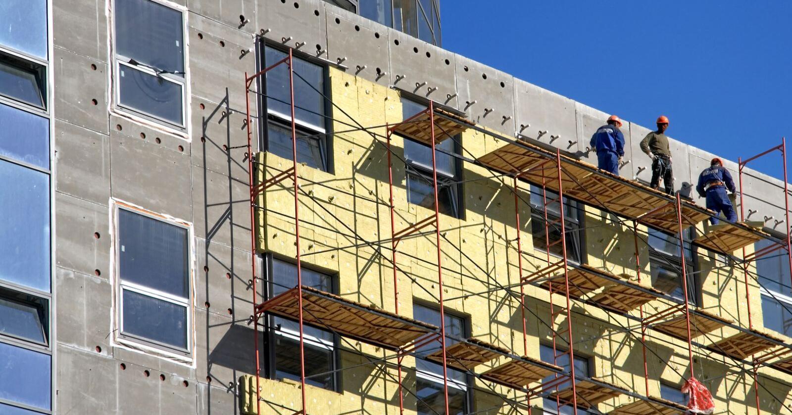 Som Norges største distriktsnæring vil det gi store ringvirkninger på kommuneøkonomien i hele landet dersom ikke byggenæringen får oppdrag, skriver Jon Sandnes. Foto: Mostphotos