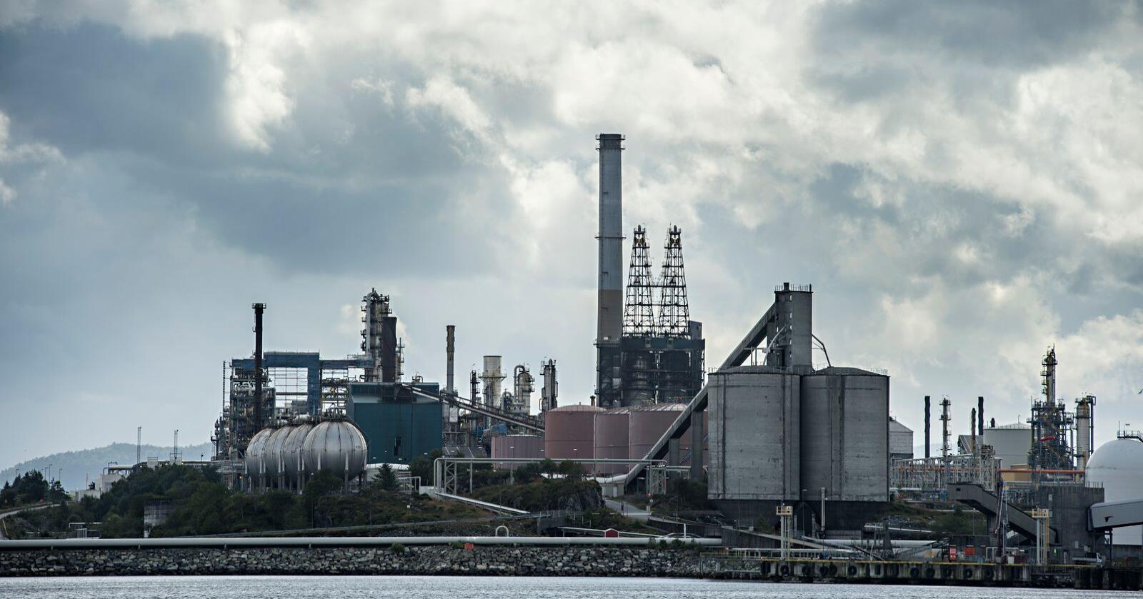 142 norske bedrifter er omfattet av EUs system for klimakvoter. I fjor gikk den totale utslippet ned med litt over to prosent, langt mindre enn EU. Bildet viser oljeraffineriet på Mongstad i Nordhordland. Arkivfoto: Marit Hommedal / NTB scanpix