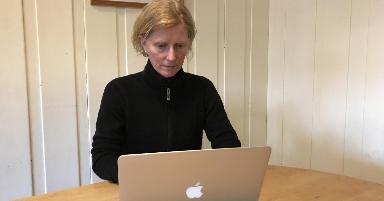 Uoversiktlig: Melkeprodusent Bergljot Hedda Lunde i Etnedal i Innlandet er oppgitt over manglende kompatibilitet mellom regnskapsprogrammet Duett og Eika nettbank. (Foto: Privat)