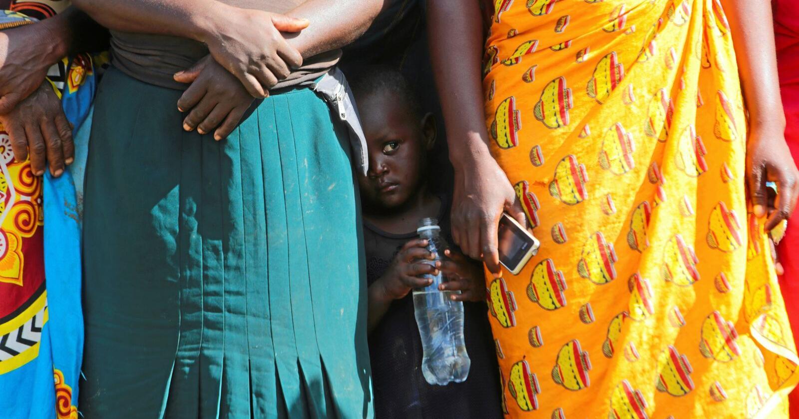 Tørke: Zimbabwe er rammet av en kraftig tørke, og ifølge FN trenger mer enn halvparten av landets innbyggere mathjelp. Her står kvinner i Mudzi i matkø. Foto: Tsvangirayi Mukwazhi / AP / NTB scanpix