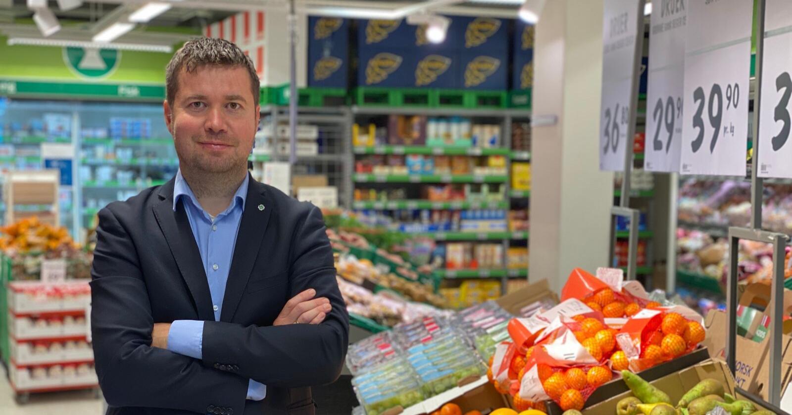 Geir Pollestad (Sp) varsler inngripende tiltak i dagligvarebransjen, og vil vurdere å bryte opp en av kjedene. Foto: Morten Helliesen