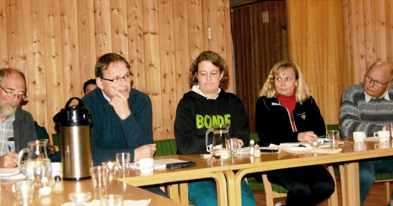 Widar Skogan, statssekretær i Landbruksdepartementet, var nylig i Rendalen i Hedmark for blant annet å møte sauebønder og høre om deres erfaringer med rovdyr. Fra venstre Per Finset (LMD), Widar Skogan (LMD), Elisabeth Gjems (Hedmark Bondelag), Margrete Nøkleby (Hedmark Bondelag) og Magne Rydland (Innlandet KrF). Foto: Svein Egil Hatlevik