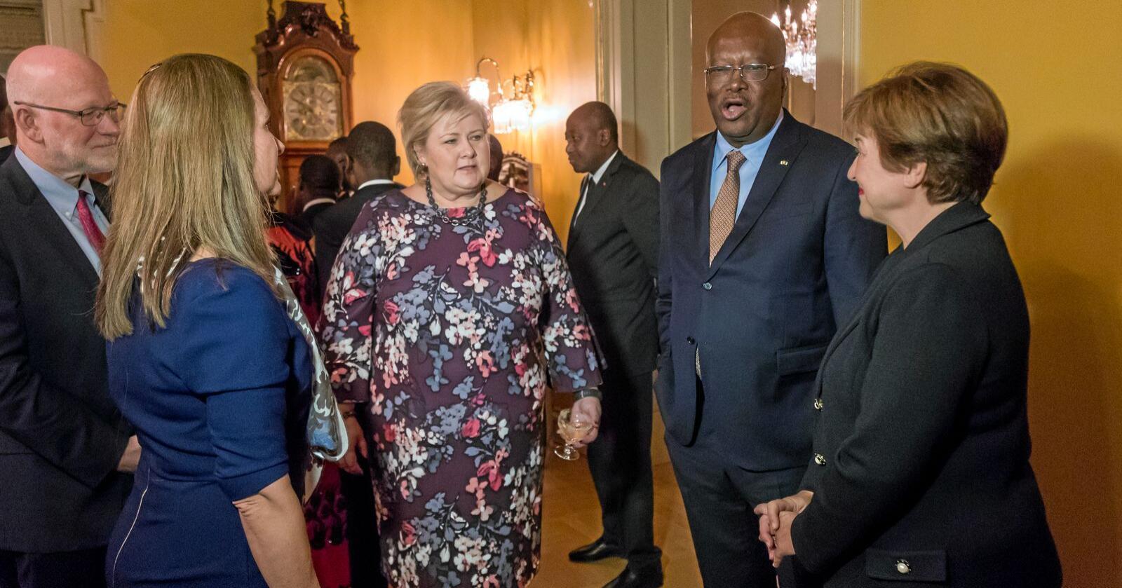 Oslo: Statsminister Erna Solberg i samtale med blant andre IMF-sjef Kristalina Georgieva (th) under et internasjonalt møte Norge var vertskap for. Foto: Heiko Junge / NTB scanpix