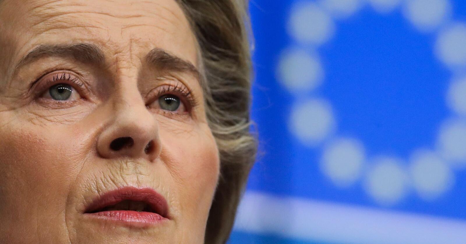 EU-kommisjonens president Ursula von der Leyen uttrykker glede etter å ha snakket med USAs president Joe Biden i telefonen. De ble enige om å innstille tollstriden som har vart i 16 år. Arkivfoto: Olivier Hoslet, Pool via AP, Pool / AP / NTB