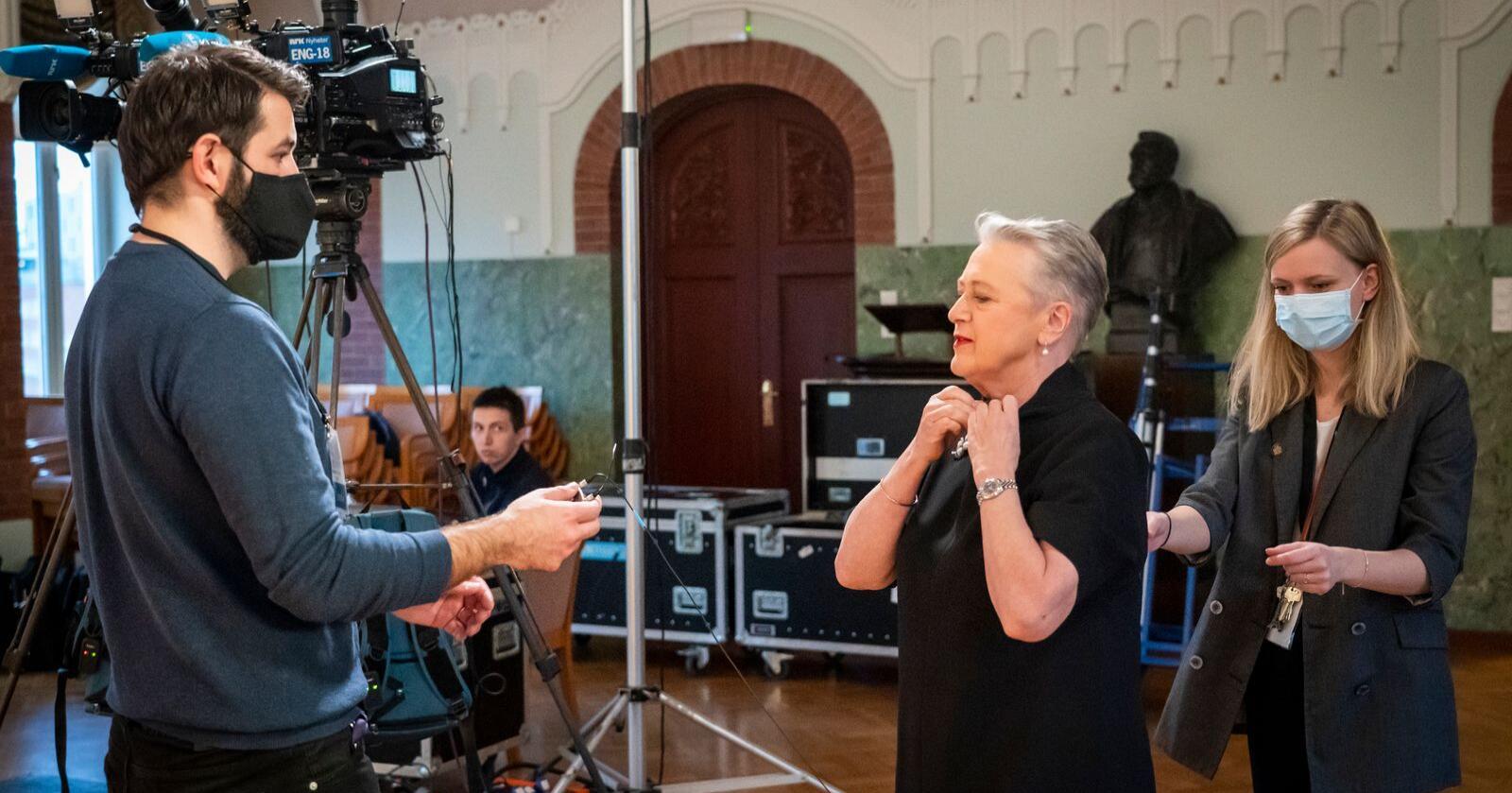 Nobelkomitéleder Berit Reiss-Andersen gjør seg klar på Nobelinstituttet til å holde en kort tale som en del av den digitale prisoverrekkelsen til årets fredsprisvinner Verdens Matvareprogram, som mottas av direktør David Beasley i Roma. Foto: Heiko Junge / NTB