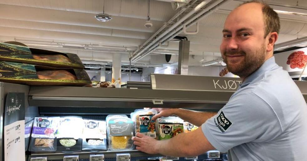 Vekst: Kjetil Sveen fyller på med Coop Vegetardag-produkter på Coop Mega Nydalen. Produktene er i sterk vekst, forteller Harald Kristiansen i Coop. (Foto: Coop)