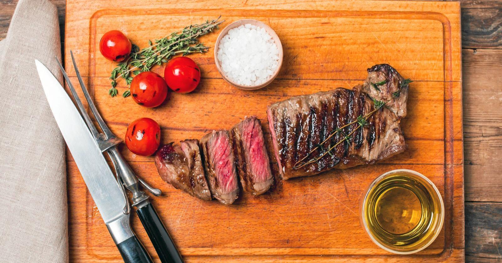 Klimakur-rapporten listet opp kjøttkutt som et effektivt klimatiltak, men møter motstand fra flere. Foto: Mostphotos