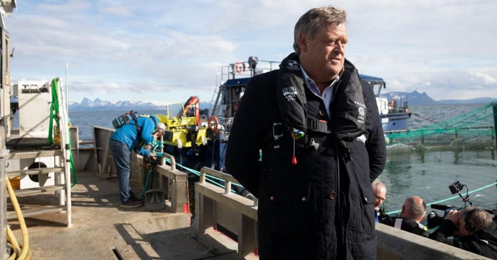 Fiskeriminister Harald T. Nesvik besøkte en algerammede oppdretter i Lødingen i mai. Nå inviterer han næringen til møte for å diskutere lakserømming. Foto: Berit Roald / NTB scanpix