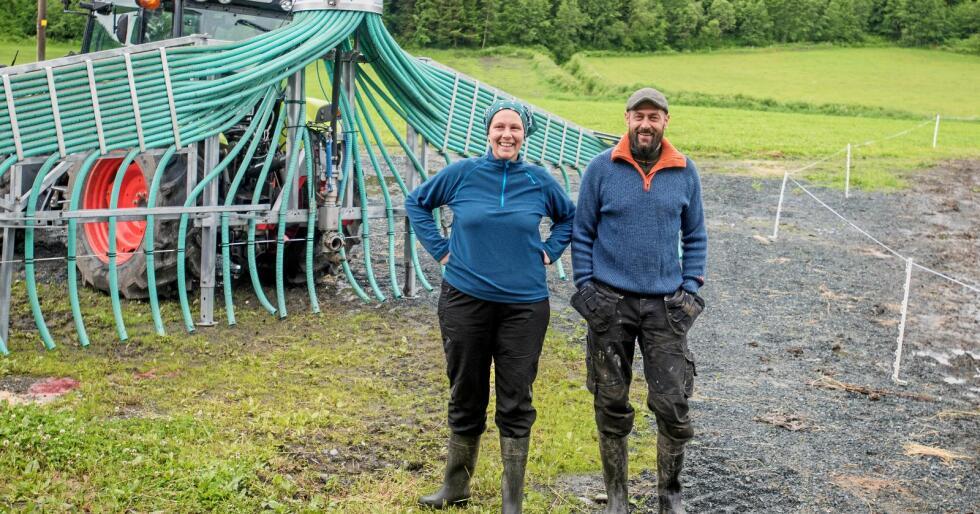 Mange planer: Samboerparet Katrine Sandvold Lundgren (31) og Arild Gaasvik (44) har en rekke planer for gården Dillmoen i Vuku i Verdal. Ysteri og kjøttproduksjon er prosjekter som er under planlegging. I bakgrunnen står en såkalt stripespreder som sørger for å spre husdyrgjødselen utover jordene.Alle foto: Håvard Zeiner