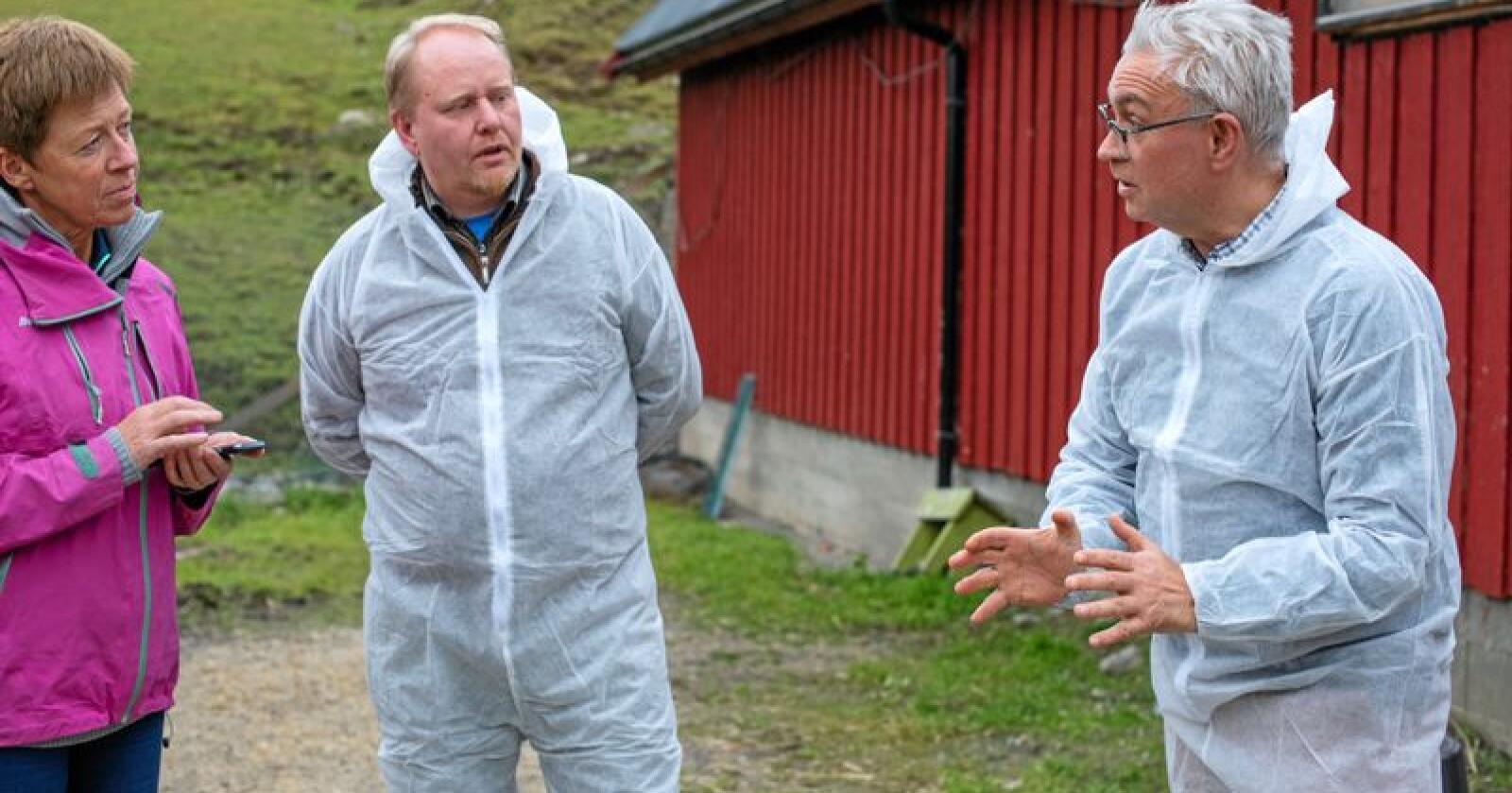 Krevde svar: Pelsdyroppdretterne Hilde Augdal og Lars Ole Bjørnbet krevde svar fra venstrepolitikeren André N. Skjelstad da han gjennomførte sitt første besøk på en pelsdyrgård som partiets landbrukspolitiske talsmann. Alle foto: Håvard Zeiner