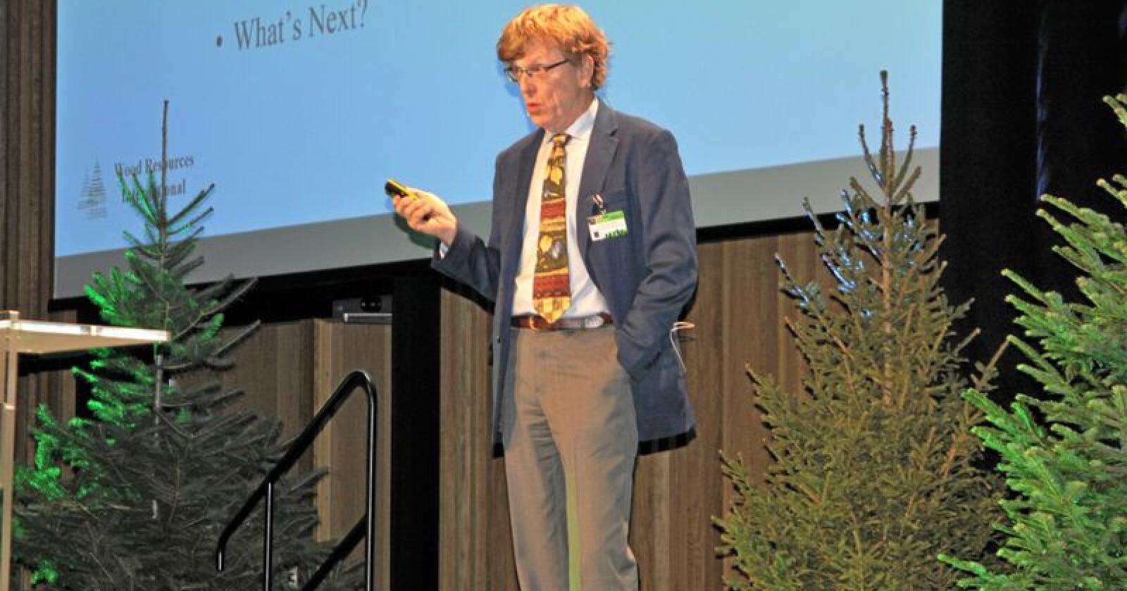 Håkan Ekström grunnlegger og president for det internasjonale konsulentfirmaet Wood Resources International mener norske skogbedrifter må begynne å utvikle flere produkter selv. Foto: Jon-Fredrik Klausen