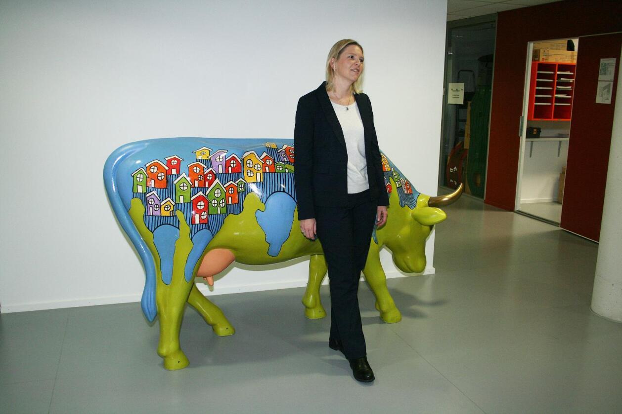 Avviser: Landbruks- og matminister Sylvi Listhaug (Frp) seier reduksjonen i talet på tilskotssøkarar i år av fleire grunnar er større enn talet på bruk som er lagt ned. Her saman med kua som står i lokala til Landbruksdepartementet. Foto: Bjarne Bekkeheien Aase