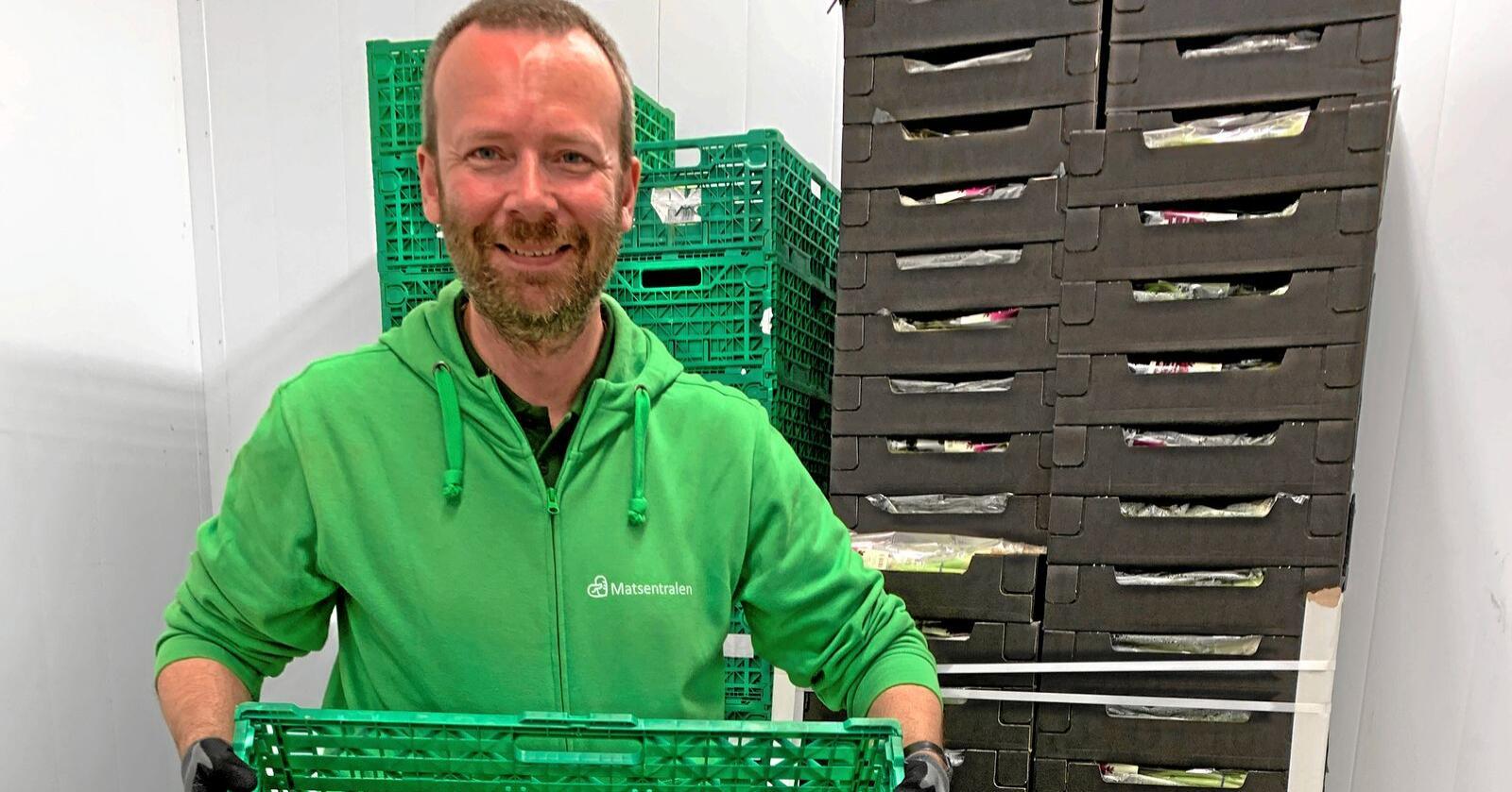 Cristian Aubert er dagleg leiar i Matsentralen, og er letta over at dei får utbetalt støtte tidlegare enn planlagt. Foto: Andrea Sørøy