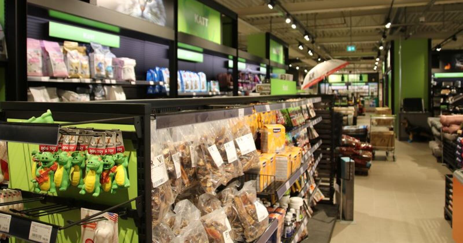 Felleskjøpet tester nå ut salg av utvalgte matvarer også for tobeinte. Arkivfoto: Karl Erik Berge