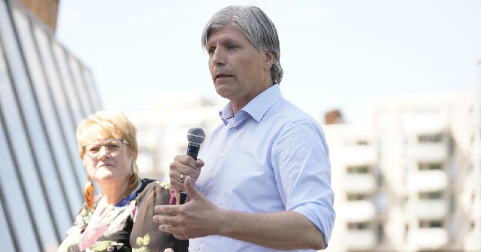 Klima- og miljøminister Ola Elvestuen (V) har advart mot nedleggelse av Amazonasfondet, men er fornøyd med redusert avskoging i Colombia. Her er han under partiets oppsummerende pressekonferanse. Foto: Fredrik Hagen / NTB scanpix