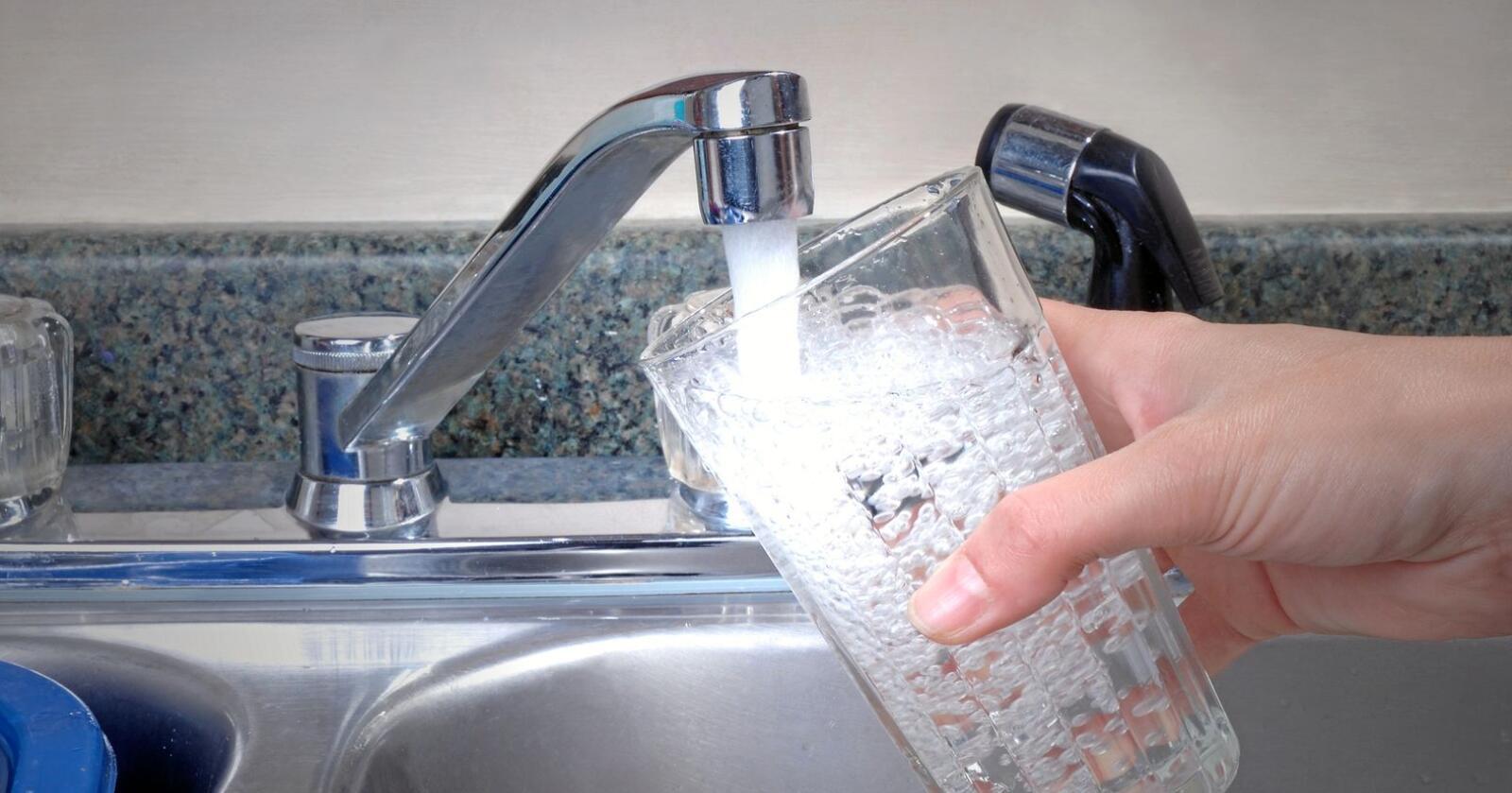 Hvis vannet ikke blir godt nok renset på veien fra drikkevannskilden, kan det bli farget, få endret lukt og smak.Foto: Mostphotos