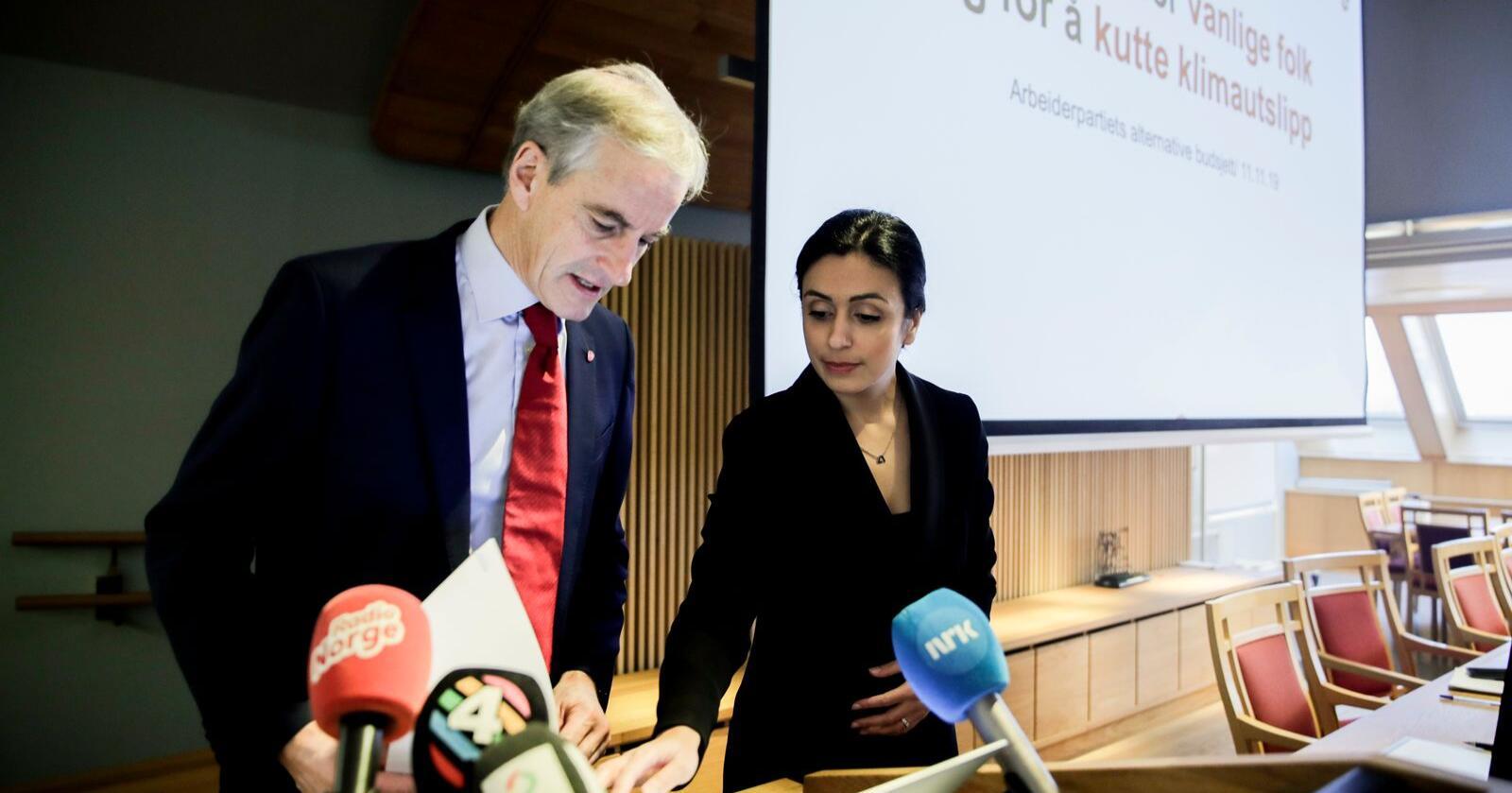 Ap-leder Jonas Gahr Støre (t.v.) og nestleder Hadia Tajik er blant dem som reagerer på Witzøes utspill. Her fra framleggelsen av alternativt budsjett i 2019. Foto: Vidar Ruud / NTB