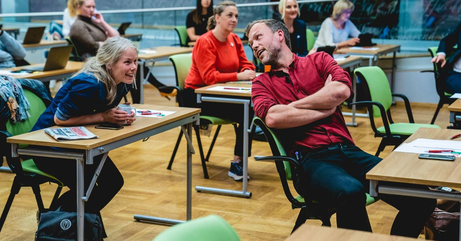 SV-leder Audun Lysbakken i samtale med nestleder Kirsti Bergstø, her under et landsstyremøte i SV i 2020. Foto: Stian Lysberg Solum / NTB