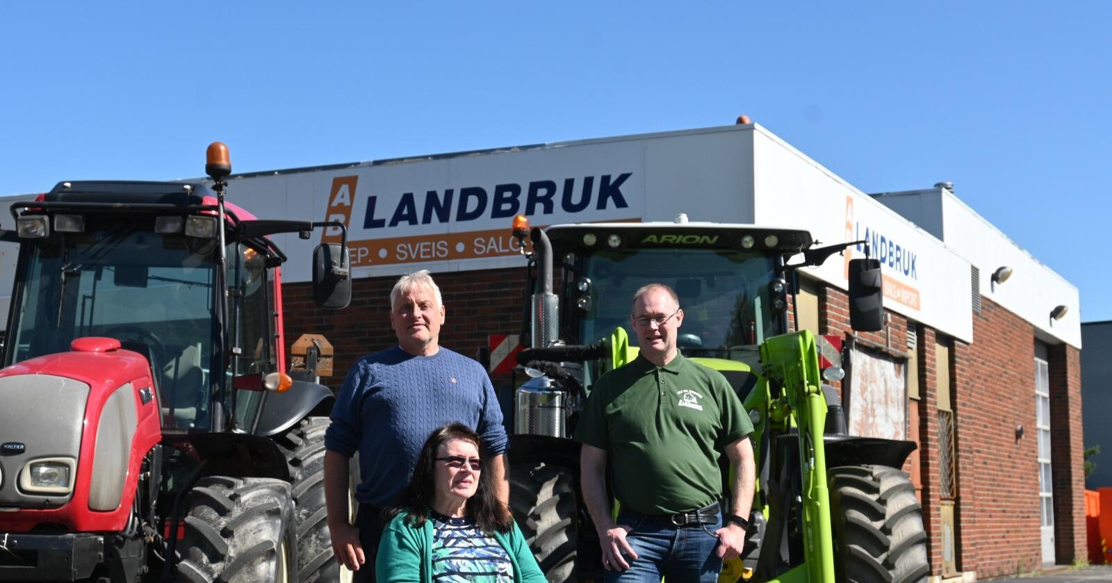 Familie: Torbjørg Synnøve Bergerud  valgte å selge familiebedriften til Akershus Traktor. Ole Hveem ( bak til venstre ) er fornøyd med å kunne overta en bedrift med lange tradisjoner, med en flott beliggenhet i Sarpsborg. Til høyre Pål Andreas Bergerud.