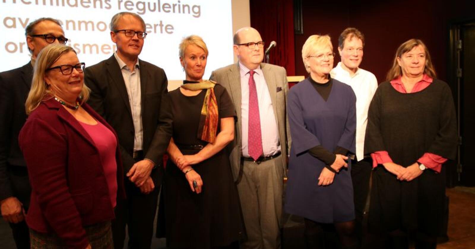 Innlederne da Bioteknologirådets la fram debattgrunnlaget om fremtidens regulering av GMO. Fra venstre: Trine Hvoslef-Eide (NMBU), Bjørn Myskja (NTNU/Bioteknologirådet), Ola Hedstein (Norsk Landbrukssamvirke), Aina Bartmann (Nettverk for GMO-fri mat og fôr), Petter Haas Brubakk (NHO), Kristin Halvorsen (Bioteknologirådet, Arne Holst-Jensen (Veterinærinstituttet/Bioteknologirådet) og Bente Sandvik (Bioteknologirådet). Foto: Dag Idar Jøsang