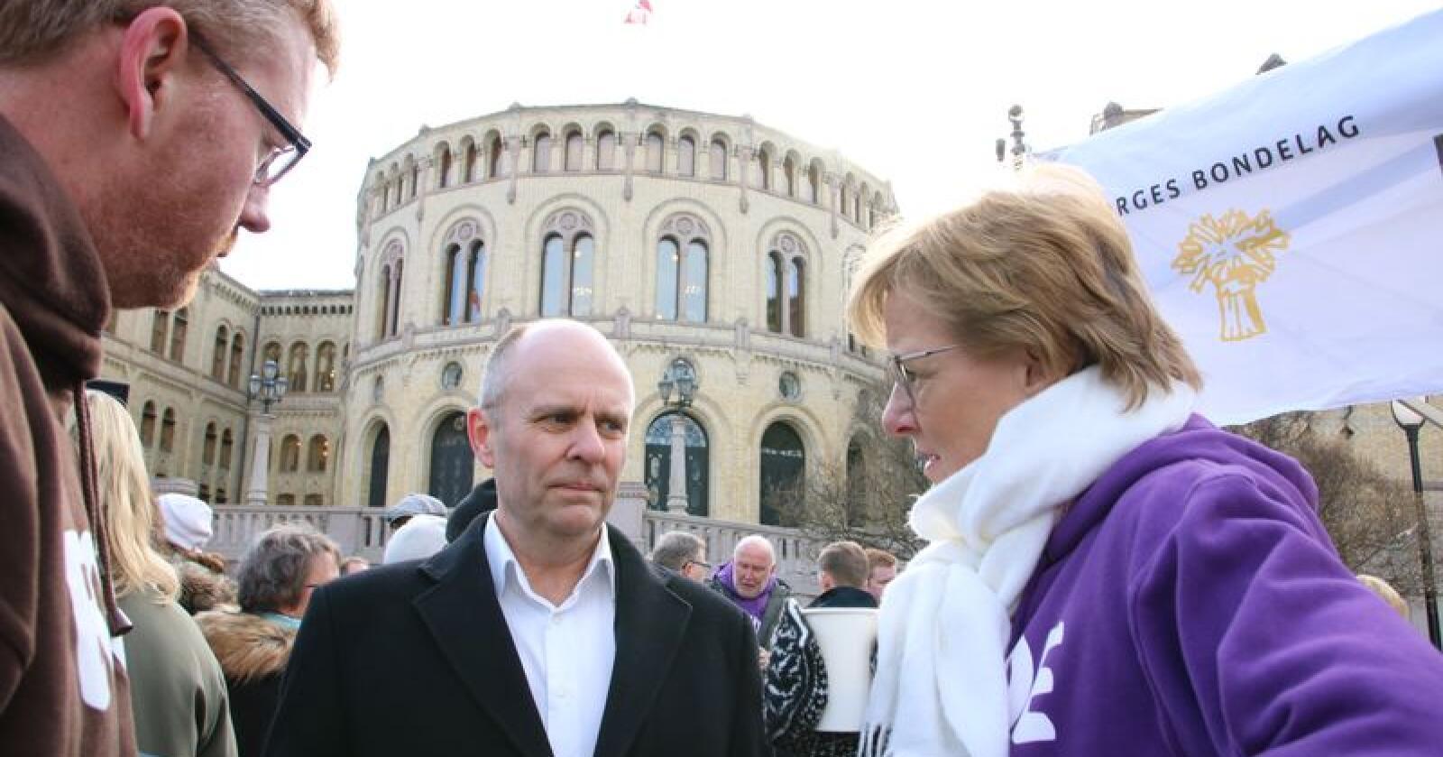Sigrid Hjørnegård mener kuttene kan oppnås med ny teknologi, avl, fôr og effektivisering. Her sammen med Bjørn Gimming i Bondelaget og Steinar Reiten (KrF).