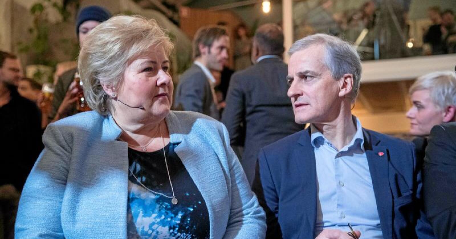 Ap-leder Jonas Gahr Støre (t.h.) krever at statsminister Erna Solberg kommer til Stortinget og svarer på spørsmål om denne ukas vedtak om jakt innenfor forvaltningsområdet for ynglende ulv. Foto: Terje Pedersen / NTB scanpix