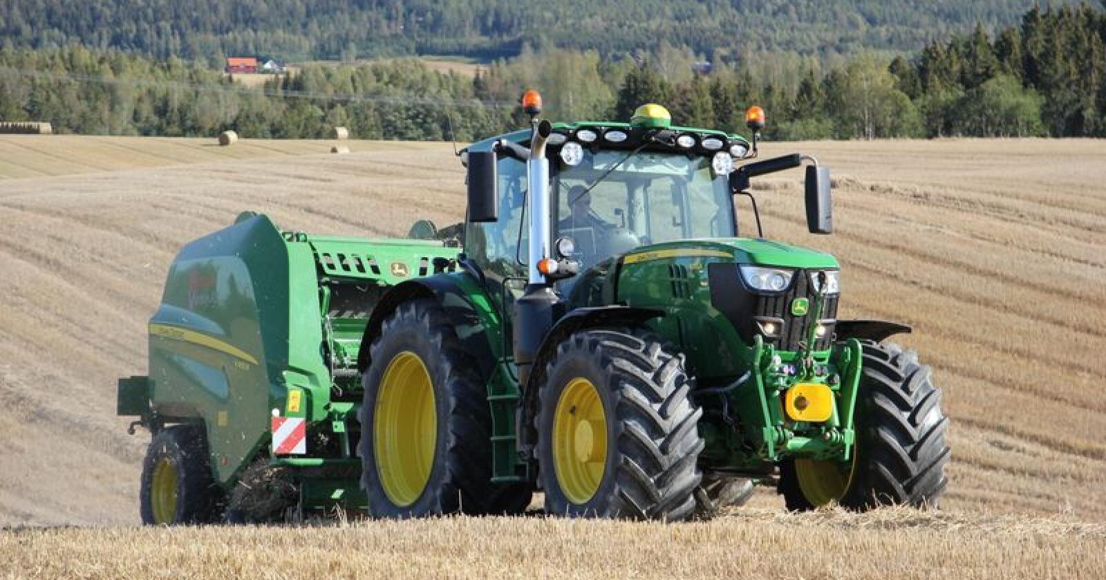 FORNØYD: Kornprodusent og entreprenør Ola Hytjan er svært fornøyd med både kapasiteten på V451R og hardheten på ballene. Foto: Camilla Mellemstrand