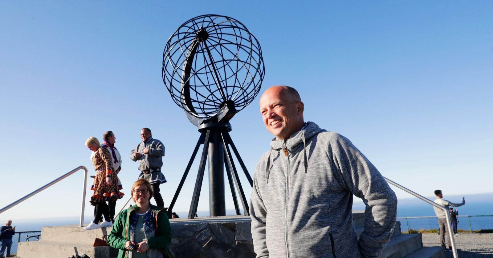 Sp-leder Trygve Slagsvold Vedum står bredbeint for tida, her på Nordkapp-platået tidligere i uka. Foto: Berit Roald / NTB