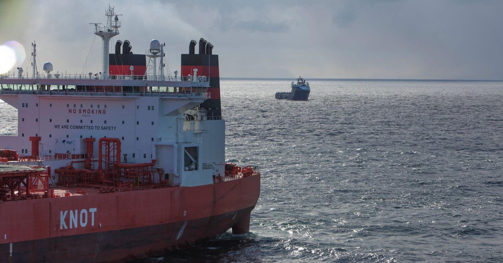 Tankeren Torill Knutsen laster olje fra Goliat-feltet i Barentshavet. Ifølge NRK fikk Stortinget ikke vite om en rapport som konkluderte med at oljeleting sørøst i Barentshavet kunne bli et tapsprosjekt da de i 2013 vedtok å gå inn for oljeleting i området. Foto: Jan-Morten Bjørnbakk/NTB scanpix