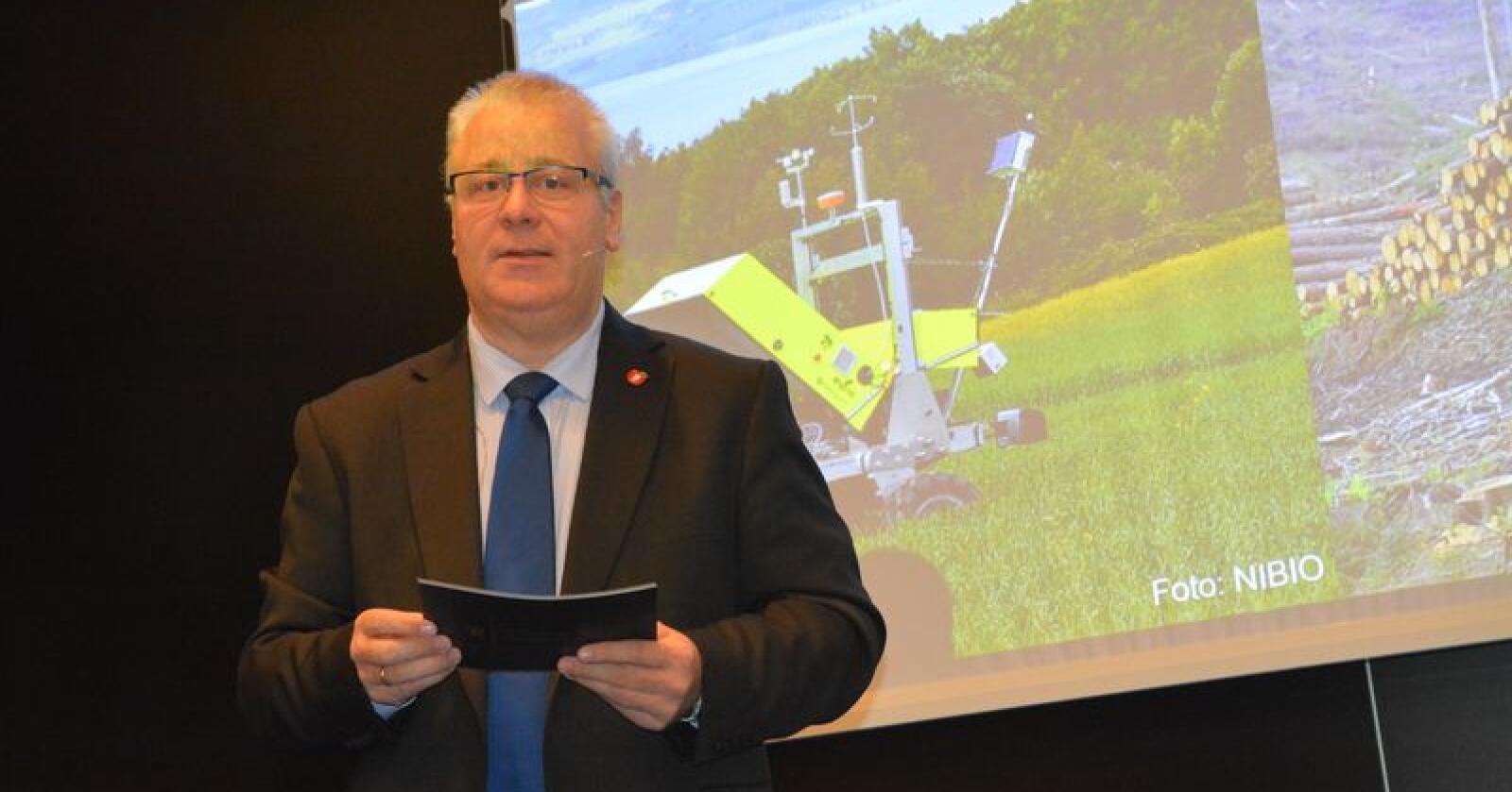 Landbruks -og matminister Bård Hoksrud (Frp) roste norske bønder for å være flinke til å ta i bruk ny teknologi da han besøkte Landtek 2018 i Oslo. Foto: Anders Sandbu