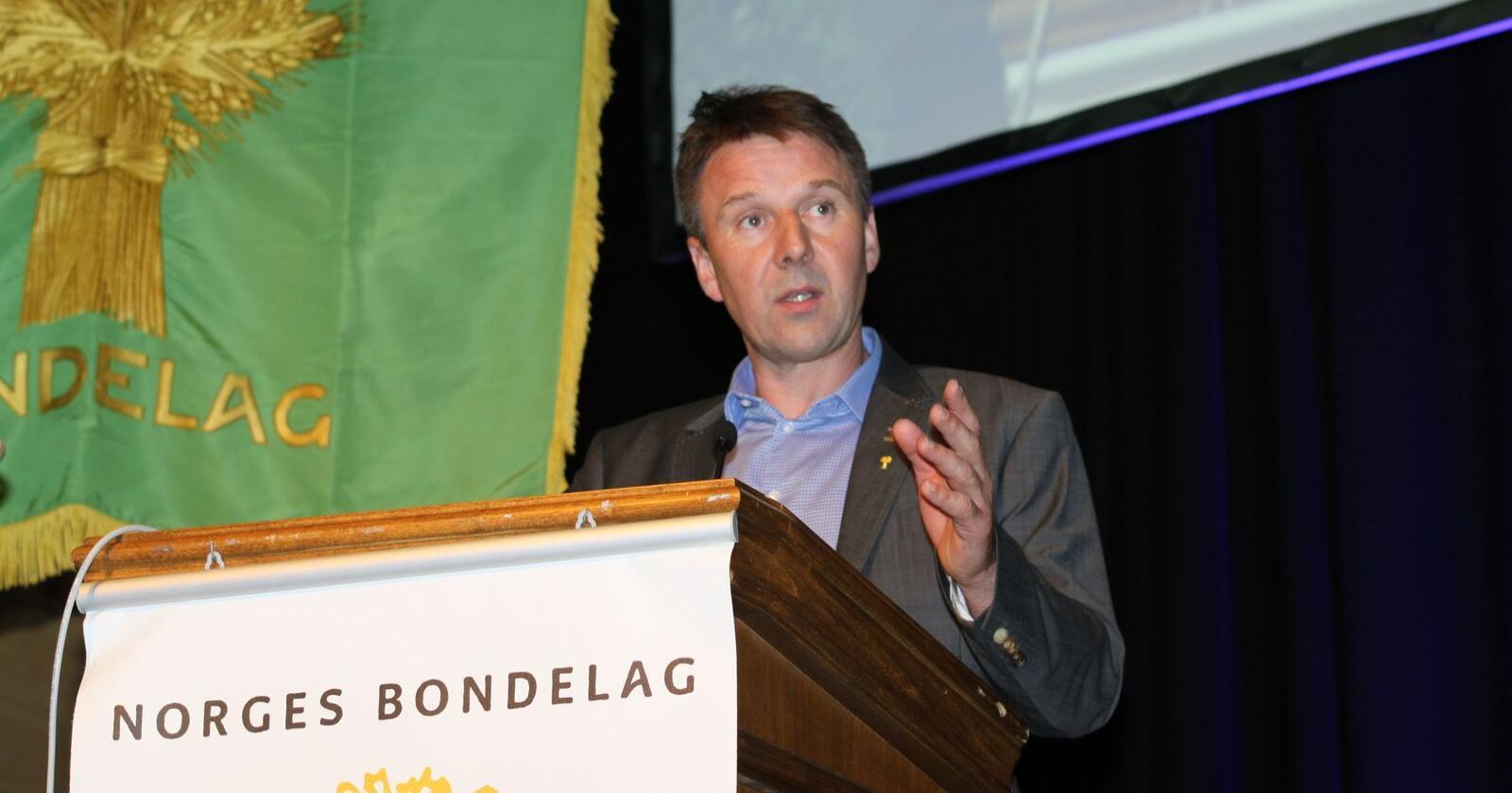 Lars Petter Bartnes advarer i sin tale til Bondetinget regjeringa mot å gi vekk norsk verdiskapning. Dette bildet er tatt på et tidligere årsmøtet, da årets gjennomføres digitalt. (Foto: Iver Gamme)