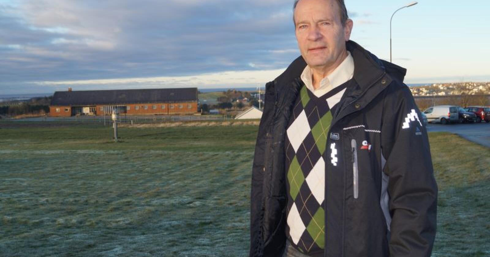 Kritisk: Vegvesenet har ikke sans for jordvern, mener leder Olaf Gjerdrem i Jordvernforeningen i Rogaland. Han er tidligere selv blitt berørt av veibygging. Gården han drev for inntil ett år siden, er blitt delt opp av E39. (Foto: Sjur Haaland/Bondevennen)