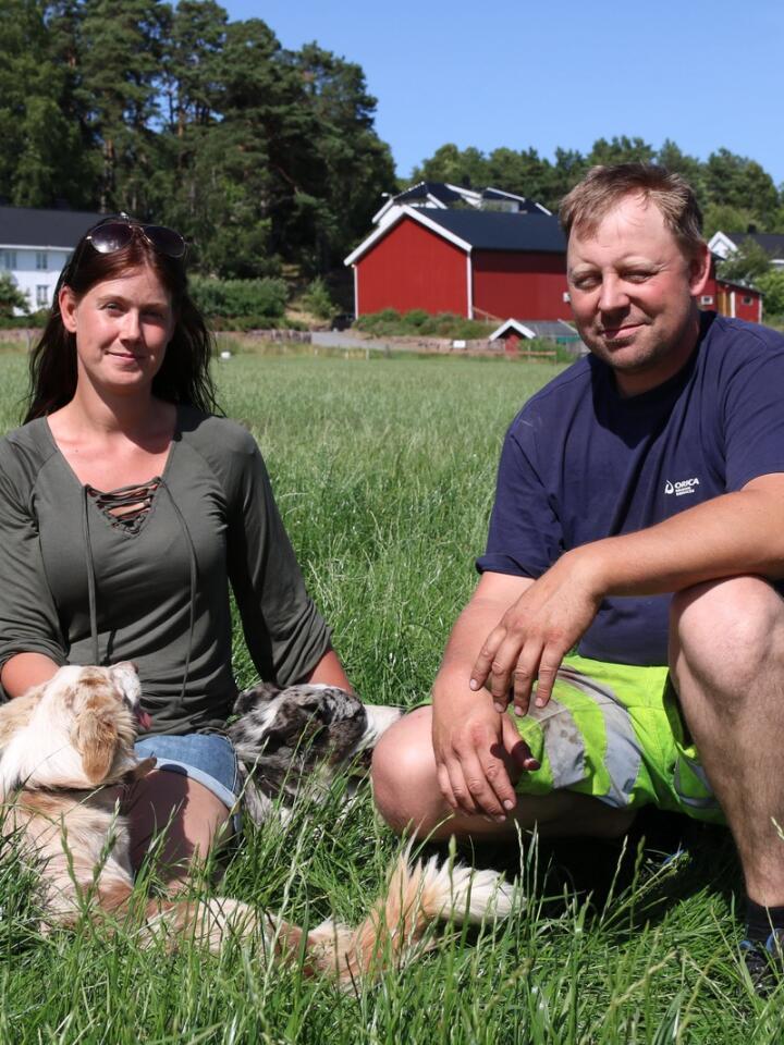 GÅRD: For to år siden var Carina og Jon Kristian Fiære redde for at den nye motorveien skulle ta mye av jorda deres og ødelegge gården. Det skjedde heldigvis ikke.