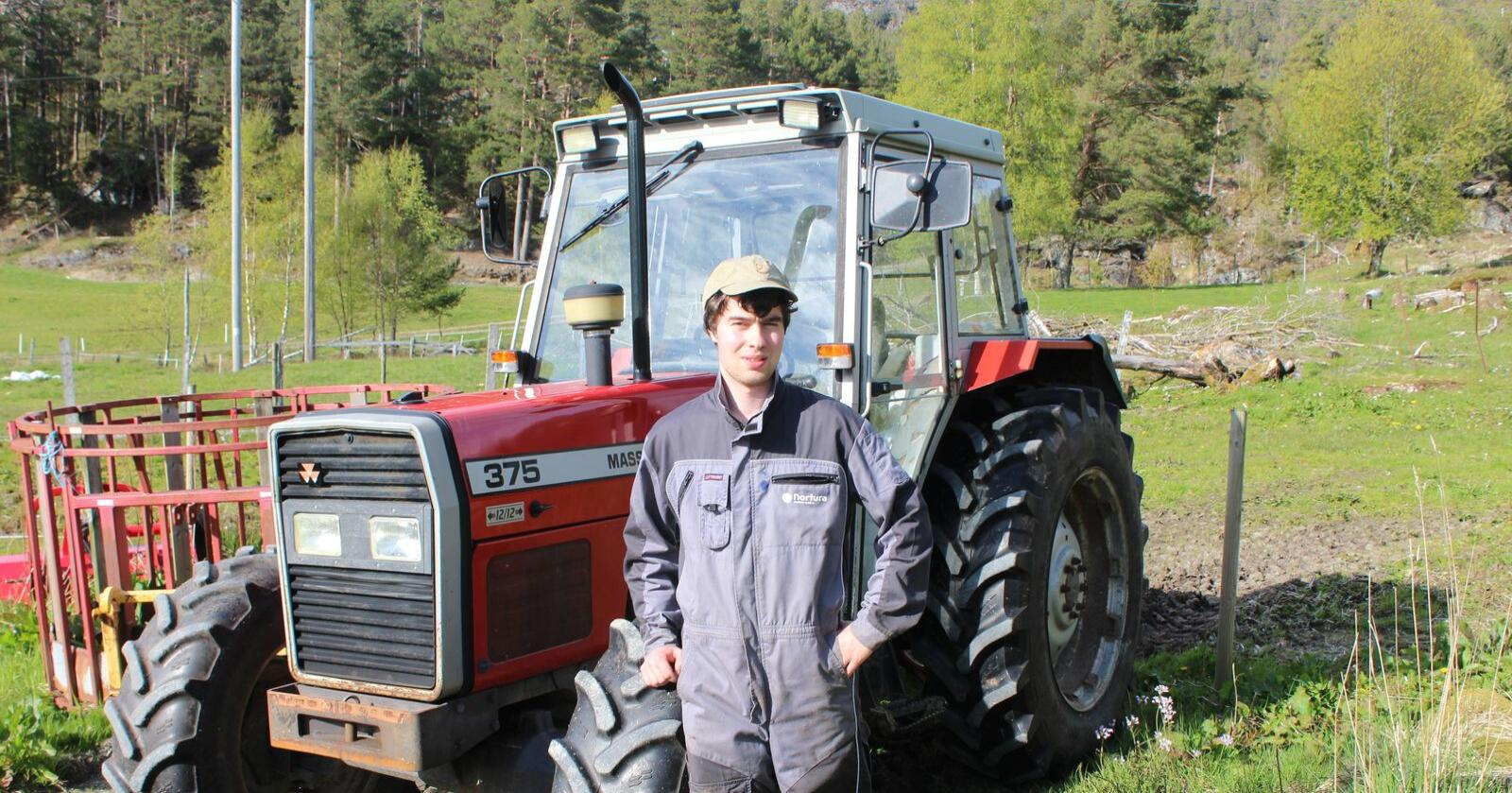 Sander Solheim skal flytte frå heimkommunen for å drive sitt eige gardsbruk. Han ser fram til å kunne styre jorda slik han sjølv vil. Foto: Privat
