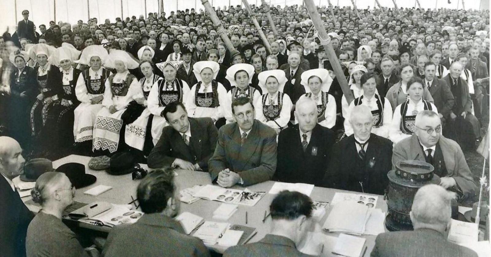 Landsmøtedeltakerne i Norges Bondelag samlet i teltet på Voss i 1939. Arkivfoto: Norges Bondelag