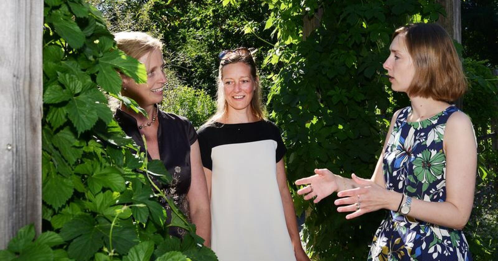 Forskerne Anneleen Kool og Karoline Kjesrud fikk besøk av en engasjert forskningsminister Iselin Nybø fredag. Foto: Siri Juell Rasmussen.