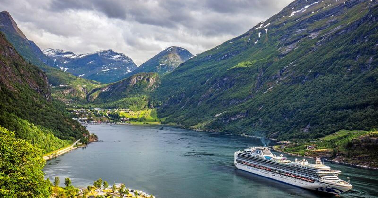 Geirangerfjorden i Møre og Romsdal er blant dei meste populære cruisedestinasjonane i Noreg. No blir miljøkrava til skipa skjerpa. Arkivfoto: Halvard Alvik, NTB scanpix / NPK