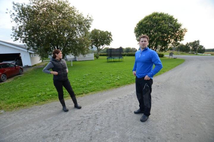 Daghild og Ole-Christian Wik foretrekker å drive gammeleng, fremfor å pløye. Foto: Liv Jorunn Denstadli Sagmo