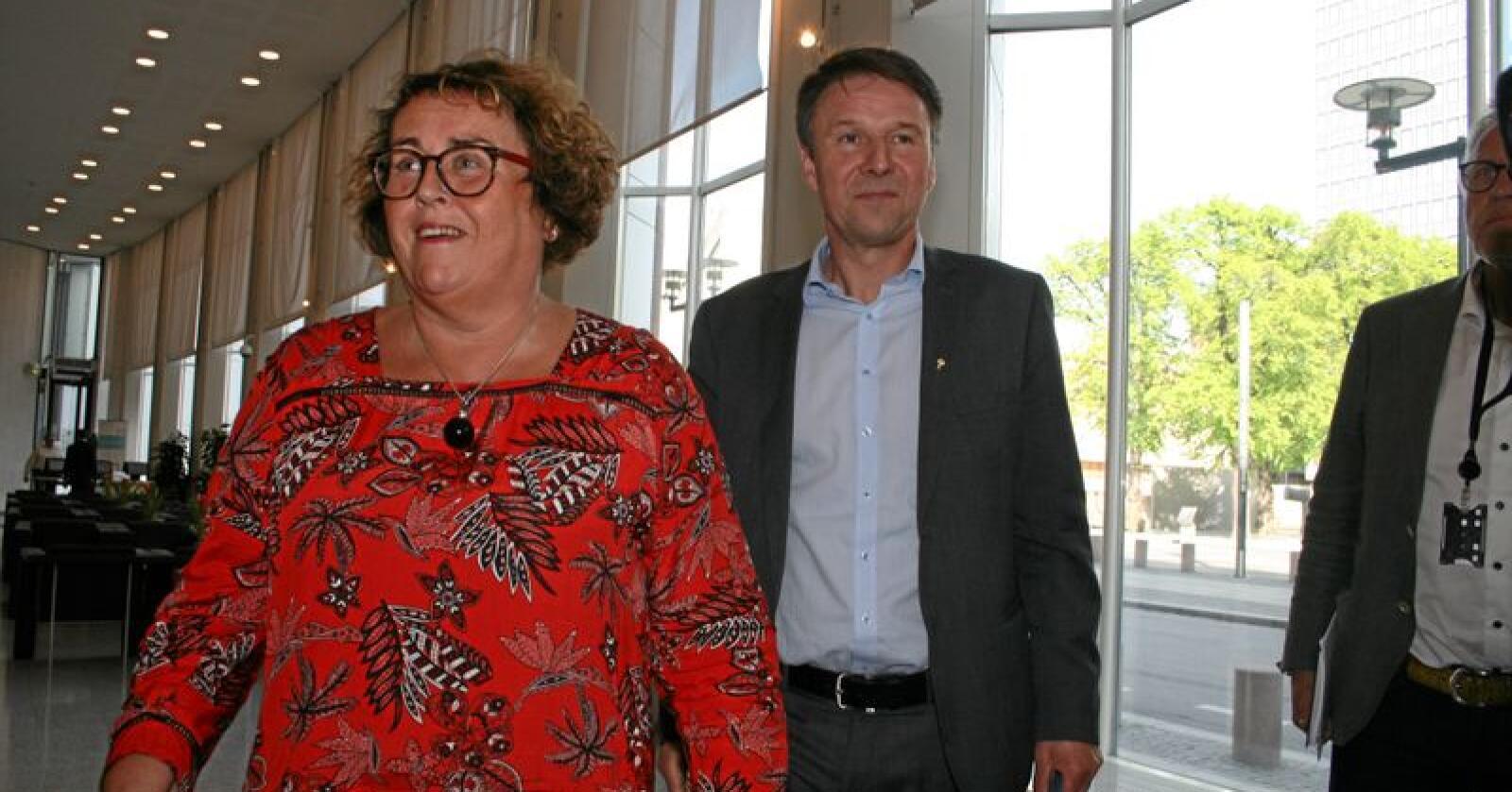 Einige: Lars Petter Bartnes (t.h.), leiar i Norges Bondelag, skal ifølgje departementet ha blitt einig med staten, her ved landbruks- og matminister Olaug Bollestad (KrF), om nedskaleringa av mjølkeproduksjonen. Foto: Bjarne Bekkeheien Aase