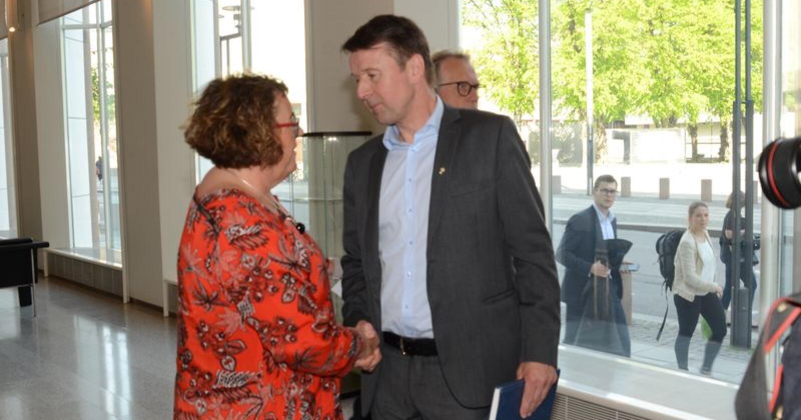 Landbruksminister Olaug Bollestad og bondelagsleder Lars Petter Bartnes. (Foto: Linda Sunde)