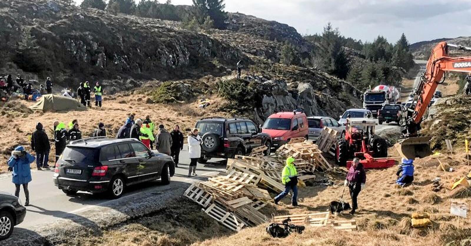 Mot vindmøller: Demonstranter på Frøya forsøker å hindre anleggstrafikk i å kjøre forbi. Foto: Ronny Teigås / NTB scanpix.