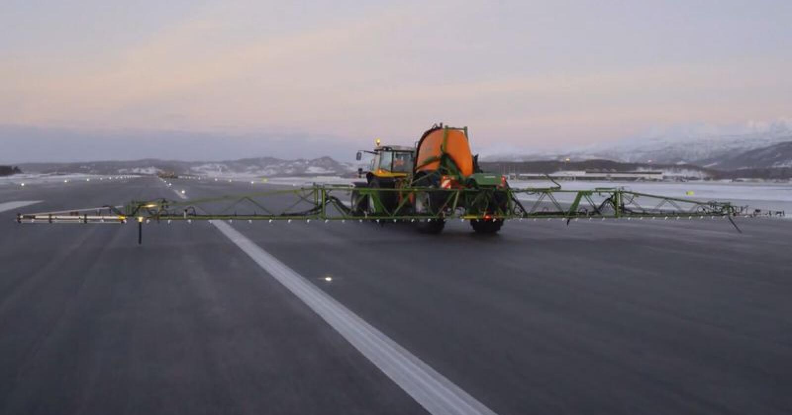 På Evenes lufthavn har de funnet et alternativt bruksområde til trailersprøyta Amazone UX 6200. Foto: A-K Maskiner