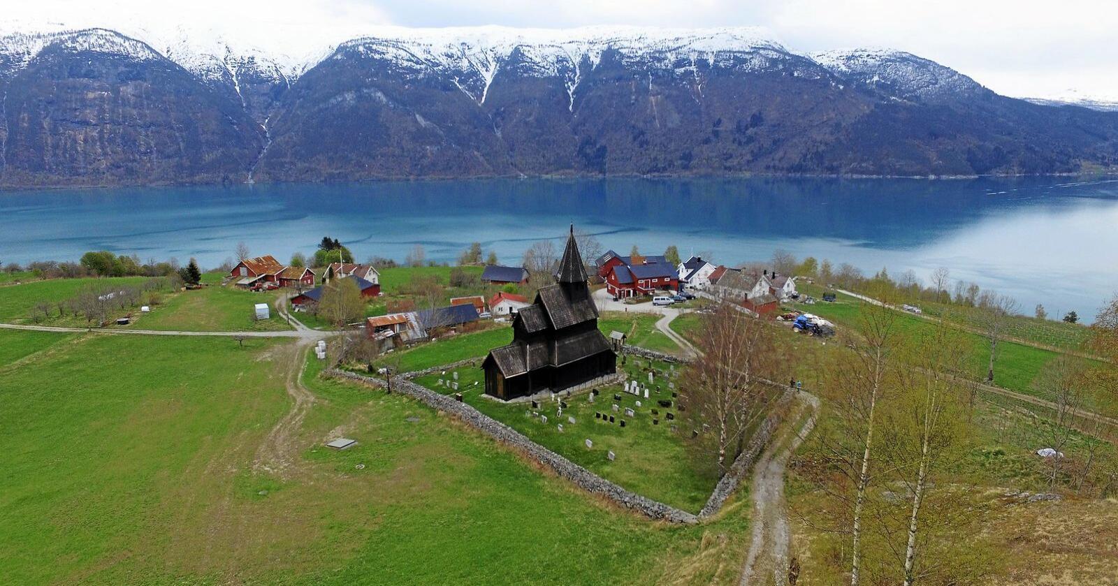 Et besøkssenter ved verdensarven, Urnes stavkirke i Luster, bør få raus finansieringsstøtte fra staten. Foto: Dronegutta