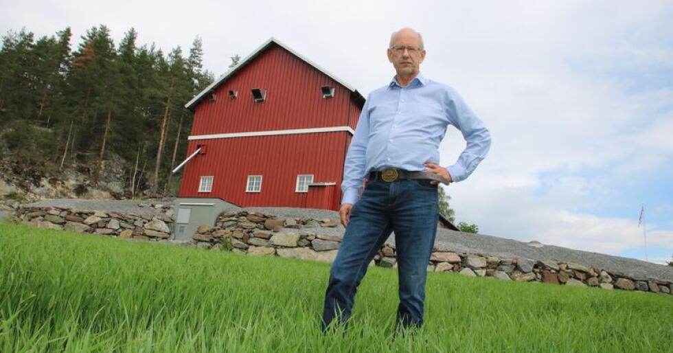 Fra korn til gras: Lars Fredrik Stuve dyrker fortsatt korn på Ringerike, men på gårdene rundt ham har alle gått over til grasdyrking. (Foto: Stian Eide)