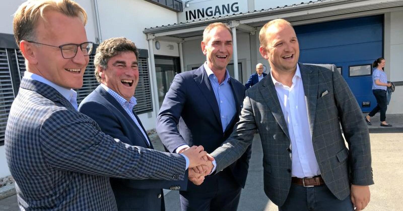 Fra venstre: Karl Kristian Sunde, Jan Bodd, Stig Sunde og statsråd Jon Georg Dale. Foto: Mat- og landbruksdepartementet.