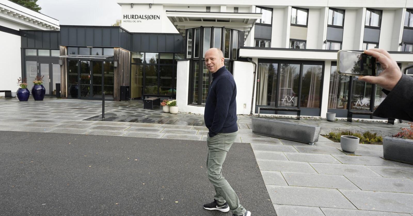 Sp-leder Trygve Slagsvold Vedum (Sp) tok seg tirsdag en luftetur utendørs under sonderingene på Hurdalsjøen Hotell. Foto: Lise Åserud / NTB