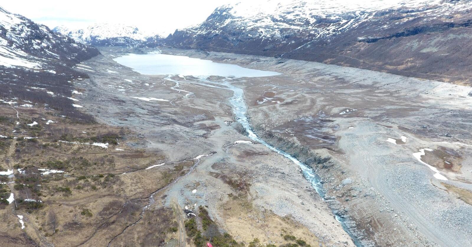 Ikke vakkert: Lav vannstand i dalen, der 2000 geiter og over 100 kyr en gang beitet. Foto: Rødal info.